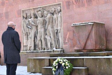 Oberbürgermeister Sven Schulze vor dem Mahnmal im Park der Opfer des Faschismus