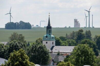 Zwischen Wiederau und Diethensdorf soll eine 247 Meter hohe Windkraftanlage errichtet werden. Drei kleinere Räder drehen sich schon weiter entfernt vom Ort.