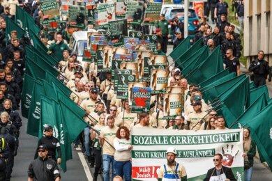 Die Bilder vom 1. Mai 2019 in Plauen, als Hunderte Neonazis durch die Stadt zogen, sollen sich nicht wiederholen. Polizeipräsident Lutz Rodig kündigte am Dienstag an, dass Hundertschaften aus anderen Bundesländern nach Westsachsen kommen werden, um in Zwickau oder Plauen einsatzbereit zu sein.