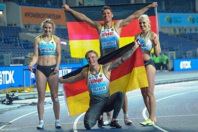 So freuen sich Weltmeister: Die deutsche Hürdenstaffel mit Anne Weigold, Gregor Traber, Erik Balnuweit, Monika Zapalska (von links) präsentiert sich strahlend den Fotografen.