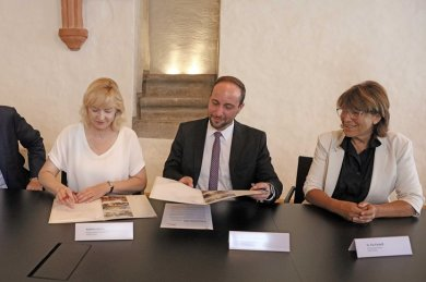Vertreter und Vertreterinnen der Stadt Zwickau und der Wolfsburg AG bei der Vertragsunterzeichnung.