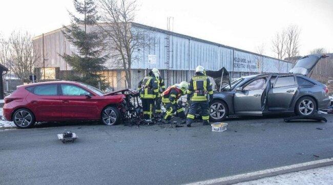 Zwei Autos sind am späten Montagnachmittag in Schlettau zusammengestoßen