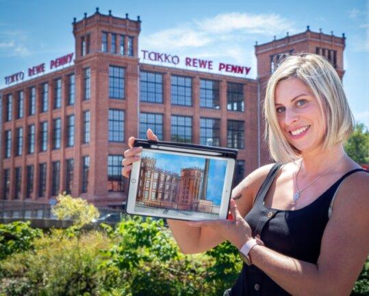 Christina Ender mit einer Zeichnung der früheren Baumwollspinnerei vor dem Gebäude.
