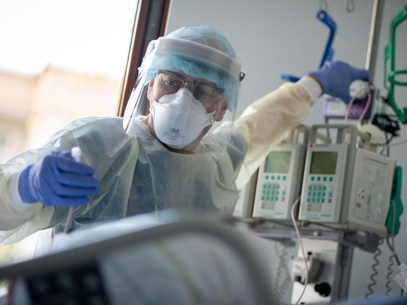 Nur ein Drittel der Intensivstationen bundesweit kann derzeit noch «einfach so» Patienten aufnehmen, warnt der wissenschaftliche Leiter des Intensivregisters, Christian Karagiannidis. (Bild aus Berlin).
