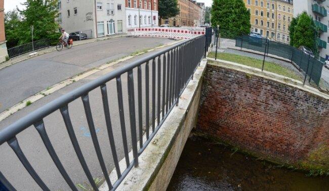 Die Fritz-Matschke-Straße ist schon seit Ende Juli wegen Bauarbeiten gesperrt. Jetzt soll die dortige Brücke instand gesetzt werden.