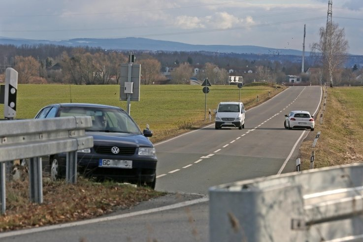 Die Trasse der Glauchauer Straße in Mosel - vorn die Einmündung in dieB175 - soll verlegt werden, damit VW expandieren kann.
