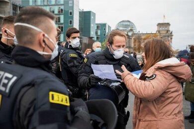 Ich brauche keine Maske, ich habe ein Attest: Polizisten haben immer mehr mit falschen oder ungenauen Attesten zu tun. Sie kontrollieren bei Demos - wie hier am Mittwoch in Berlin -, aber auch verstärkt im Alltag.