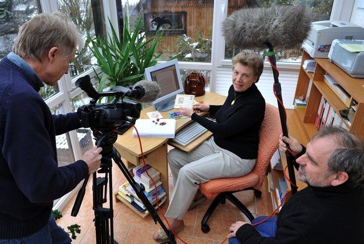 Kameramann Jürgen Partzsch und Regisseur Hans-Dieter Rutsch haben gestern bei Renate Ullmann in Holzhau gedreht.