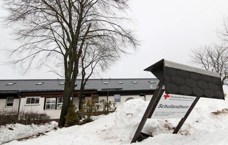 """<p class=""""artikelinhalt"""">Dieses Bild spricht Bände: Das DRK Aue-Schwarzenberg hat im Juli 2010 das Schullandheim geschlossen. Die sächsischen Pfadfinder haben es wieder eröffnet. Ein Kooperationsvertrag machte es möglich. </p>"""