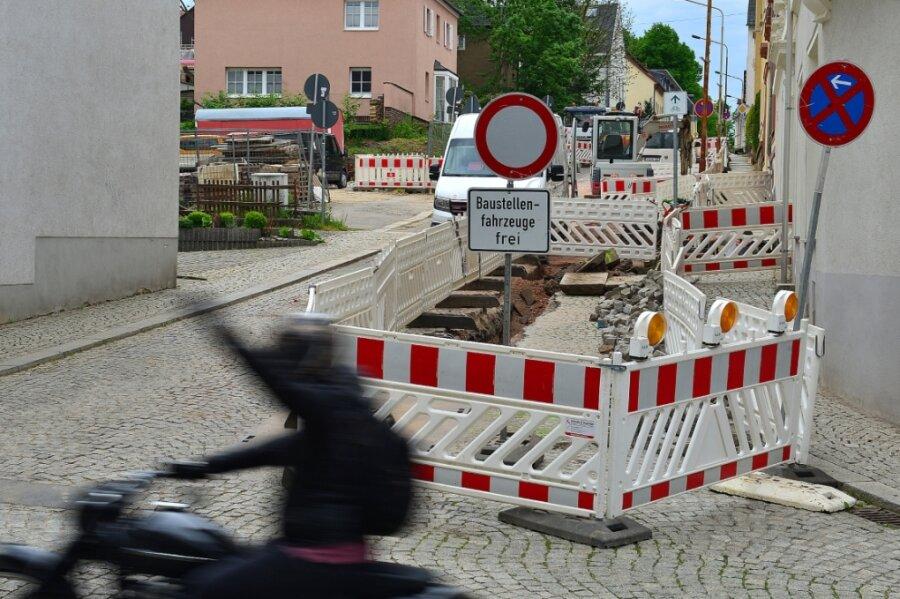 Seit Mitte März ist in Hainichen die Gerichtsstraße abschnittsweise gesperrt, weil dort Gasleitungen erneuert werden. Die Arbeiten auf der Durchgangsstraße sollen nun spätestens am 17. Juni beendet sein.