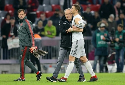 Christian Streich (m.) ergatterte Manuel Neuers Trikot