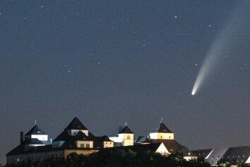 Der Komet Neowise über Schloss Augustusburg, aufgenommen Samstag, 23 Uhr.