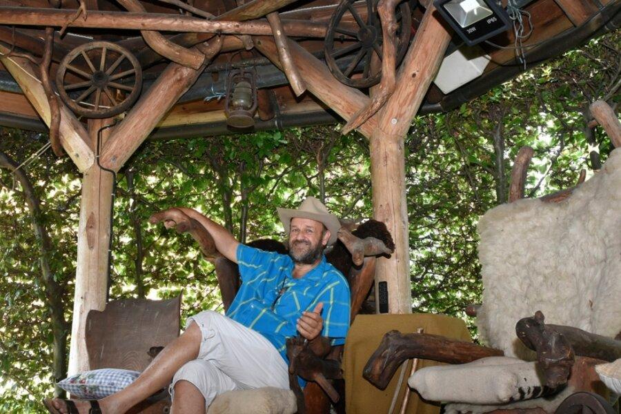 Detlef Kittelmann hat sich in Zwota mit eigenen Händen einen idyllischen Rückzugsort geschaffen - jeder Stuhl ist ein Unikat.