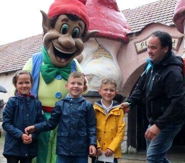 Vater Jens Günther aus Sausedlitz bringt die siebenjährigen Jette, Malte und Finn (v.l.) in Position fürs Foto mit Plohni.