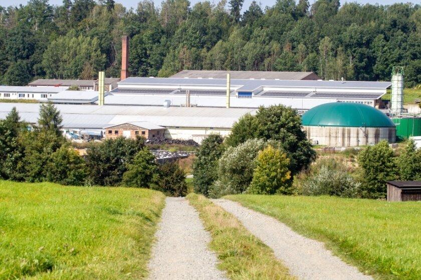 Vom Areal der ehemaligen Milchviehanlage ausgehend ist es zu einer Gewässerverunreinigung durch Abfälle aus Silos oder Biogasanlagen gekommen. Fachbehörden sind tätig, die Staatsanwaltschaft hat Ermittlungen eingeleitet. Wer war es? Fraunhofer betrieb dort Bioenergie-Forschung und weist jede Verantwortung zurück.