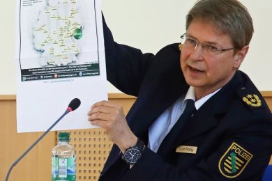 Polizeipräsident Rodig zeigt eine Karte mit Orten, aus denen Dritte-Weg-Unterstützer ihre Anreise nach Zwickau angekündigt haben.