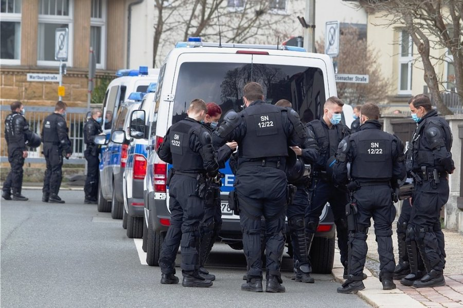 Polizisten in Plauen. Der Polizeipräsident hatte aus Sorge vor Ausschreitungen Verstärkung angefordert.