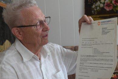 Hans-Georg Kozlowski zeigt das Schreiben der Augenklinik, die ihm den Termin für einen Eingriff am linken Auge im kommenden Jahr nennt. Der 82-Jährige leidet seit Jahren an einer chronischen Augenerkrankung und ist regelmäßig in fachärztlicher Behandlung.
