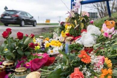 Die Anteilnahme ist groß: Blumen, Kerzen und Plüschtiere an der Haltestelle, an der die Schülerin angefahren wurde.