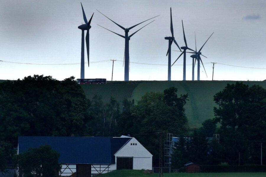 Blick vom Gewerbegebiet Berbersdorf über Schmalbach zum Windpark am Saubusch. Dieser ist für eine Kraftwerkserneuerung vorgesehen, also die Nutzung neuer, effektiverer Teile.