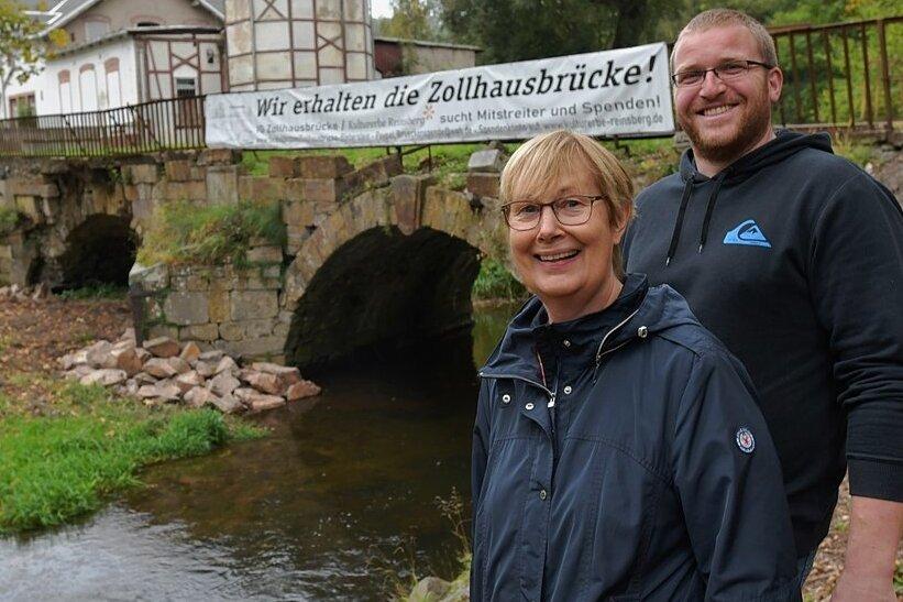 Ulrike Marofsky (l.), Harms Fabig (r.) und weitere acht Mitglieder einer Interessengemeinschaft haben sich den Erhalt der Zollhausbrücke am Ortseingang von Reinsberg auf die Fahnen geschrieben.