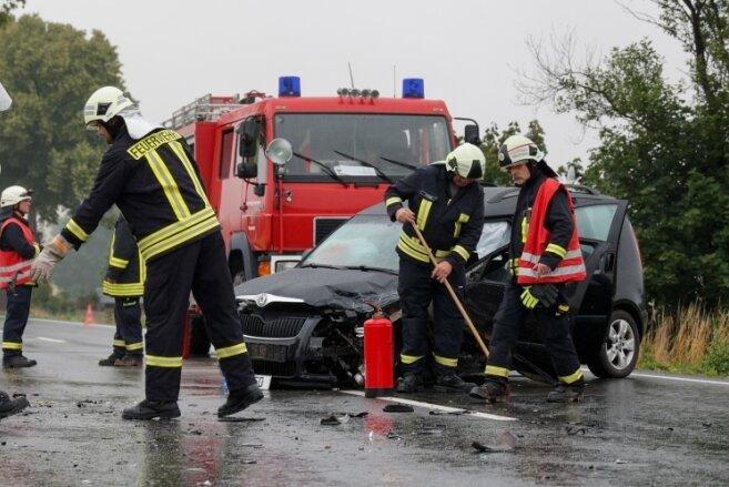 Schwerer Unfall nahe Neuensalz: Skoda kracht in Wohnmobil