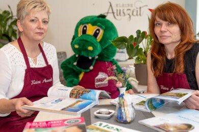 """Annett Dürig (l.) und Katja Winkler betreiben das Café """"Kleine Auszeit"""" in Annaberg-Buchholz. Ihnen steht Maskottchen Stoffel zur Seite."""