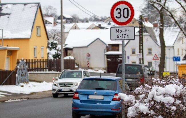 Auf der Falkensteiner Landstraße in Großfriesen, zwischen Konsumweg und dem Abzweig Windberg, gilt jetzt Montag bis Freitag von 6 bis 17 Uhr Tempo 30.