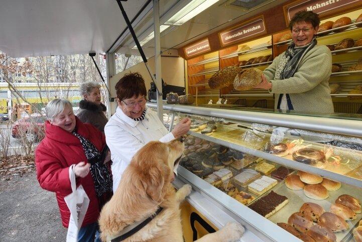 Freude im Wohngebiet: Gegenüber von ihrer früheren Filiale im geschlossenen Nah-und-Gut-Markt (hinten) an der Stollberger/Ecke Parkstraße hat die Bäckerei Voigt gestern einen Verkaufswagen eröffnet.