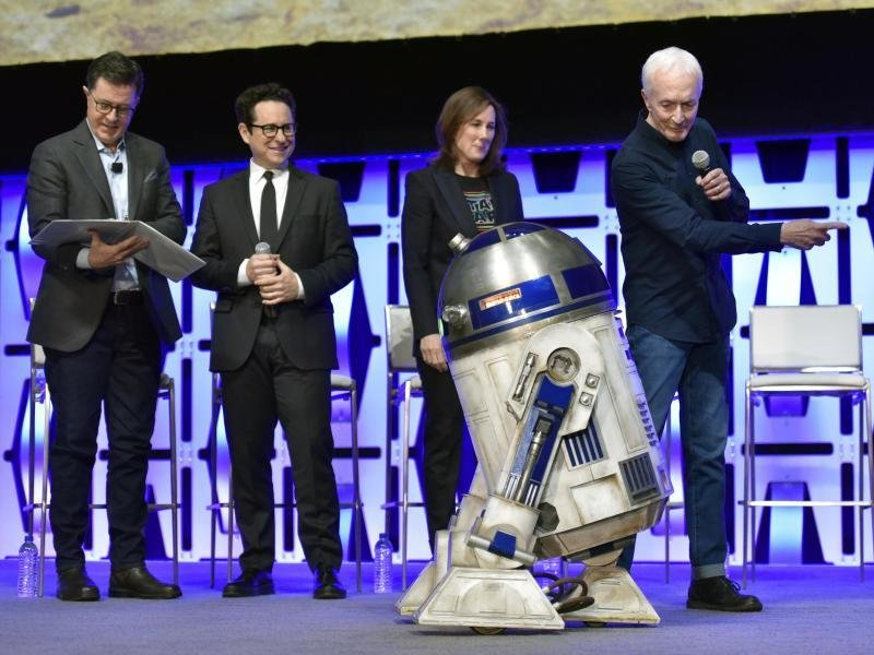 Stephen Colbert, (l-r) J.J. Abrams, Kathleen Kennedy, R2-D2 und Anthony Daniels bei der laufenden «Star Wars Celebration»-Messe in der Wintrust Arena. Sie stellten dort das zweiminütige Video zu «Sar Wars 9» mit dem Untertitel «The Rise of Skywalker» vor.