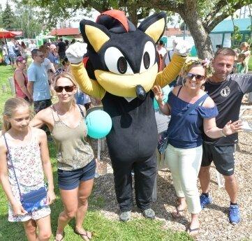 Das Siebenlehner Maskottchen mit Mike Schauer vom Sportverein, Romy Walcha (r.) und Mandy Bernig mit Tochter Leni.
