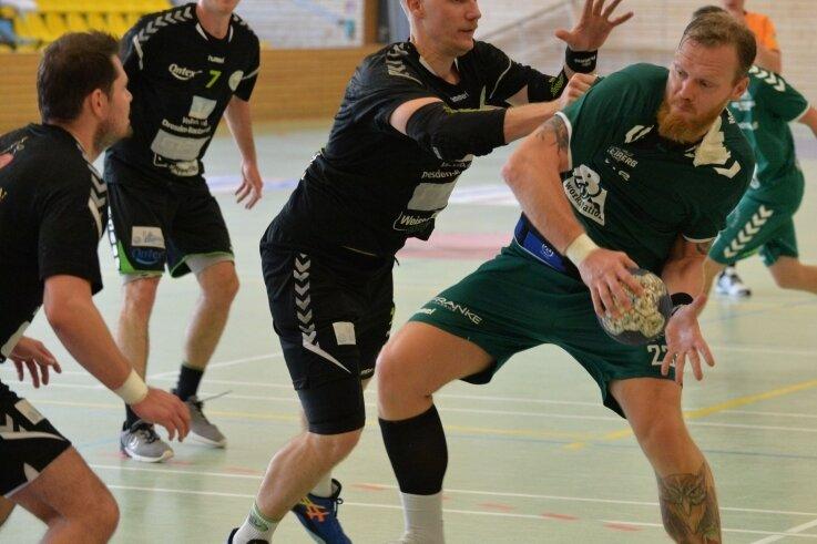 Überraschung geglückt: Die Handballer der HSG II um Alexander Matschos (r.) schalteten am Samstag im Landespokal Cunewalde aus.