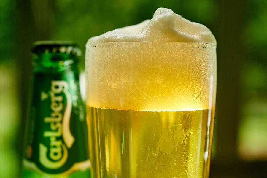 Das Brauerei-Unternehmen Carlsberg klagt gegen einen Bußgeldbescheid des Kartellamtes. Die Bonner Behörde hatte 2014 insgesamt elf Unternehmen, Verbände und Verantwortliche mit Strafzahlungen über insgesamt 338 Millionen Euro wegen unerlaubter Preisabsprachen zum Nachteil der Verbraucher verhängt.