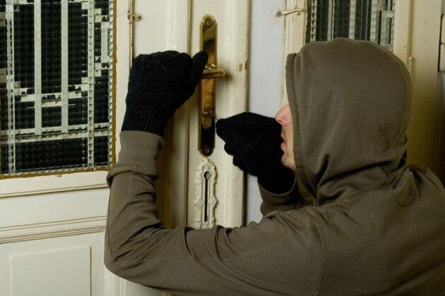 Senior schlägt Einbrecher in die Flucht