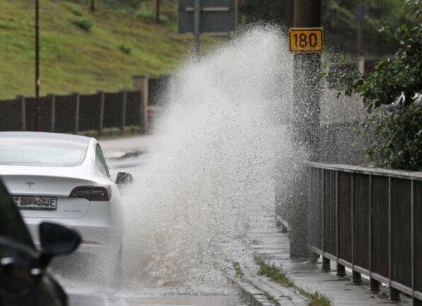 Mit starken Regenfällen hatten am Samstag Autofahrer auf der Bundesstraße 180 in Oberlungwitz zu kämpfen.
