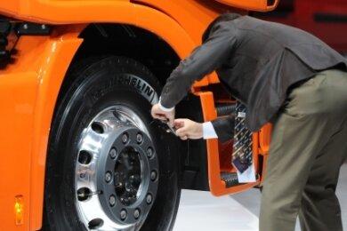 Ein Lkw-Rad auf der Vorderachse mit einer charakteristischen Wölbung nach außen.