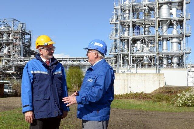CAC-Chef Joachim Engelmann (r.) und Joachim Rausch von der BASF Schwarzheide diskutieren über weitere Projekte. Im Hintergrund läuft die Eindampfungsanlage für Abwasser, die CAC gebaut hat.