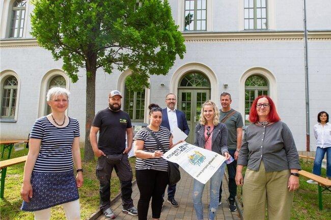Seit 2019 haben Akteure der Plauener Jugendarbeit mit den Kids und der Verwaltung geackert. Nun wurde eine mobile Website symbolisch vorm Kinder- und Jugendhaus esef freigeschaltet.