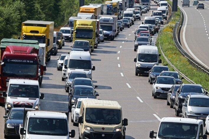 Stau nach Unfall auf A4 bei Hohenstein-Ernstthal