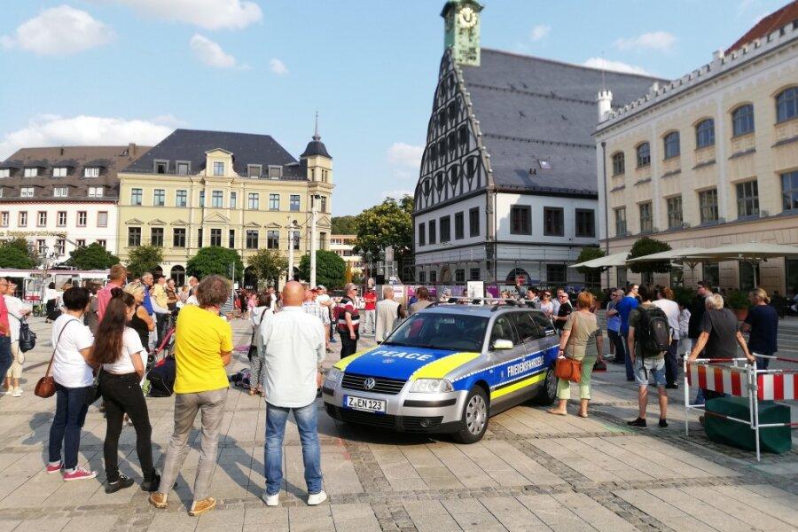 """Die Bürgerinitiative """"Querdenker"""" Zwickau hatte unter dem Motto """"Corona-Maßnahmen beenden - Demokratie herstellen"""" zur Demonstration aufgerufen."""
