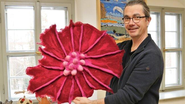 Rolf Büttner, Leiter der Volkskunstschule Oederan, präsentiert eine Filzarbeit von Sybille Glöß. Das Stück ist Bestandteil der Ausstellung, die dieses Jahr im Rathaus Oederan gezeigt werden soll.