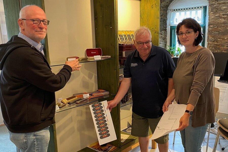 Xenia Brunner mit Martin Häffner (links) und Axel Pasedag beim Aufbau der Trossingen-Ausstellung in Klingenthal.