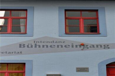 Das Mittelsächsische Theater - hier eine Außenansicht der Freiberger Spielstätte - muss weiter im Lockdown bleiben.