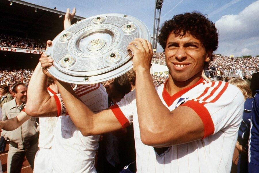 Einer der großen Momente in der Karriere von Jimmy Hartwig: Mit dem Hamburger SV wird er dreimal Deutscher Meister (hier feiert er den Titelgewinn 1983) und gewinnt auch zweimal den Europapokal. Heute ist er als Fairplay- und Integrationsbotschafter des DFB unterwegs.