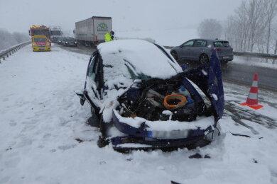 Auf der S 293 verunglückte ein VW. Das Auto wurde während der Bergung eingeschneit.