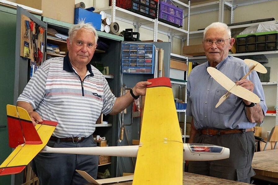 Manfred Barg (links) und Kurt Hammer hören aus Altersgründen mit dem Flugmodellbau im Glauchauer Freizeitparadies auf.