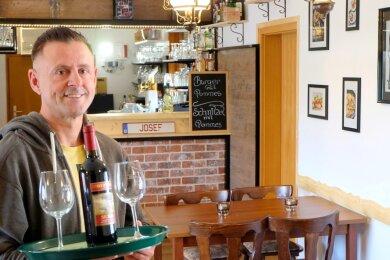 """Seit 2014 hat Josef Begu das kleine Lokal """"Due Pizza"""" am Lugauer Markt betrieben. Seit einer Woche ist die Pizzeria geschlossen, denn der Gastwirt startet unter neuem Namen in einem Lugauer Traditionshaus neu durch."""
