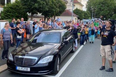 Kundgebung der Querdenken-Bewegung am Wartburgplatz in Plauen: Bodo Schiffmann (am Mikrofon) begrüßt die Teilnehmer.