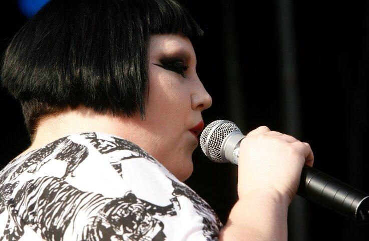 """<p class=""""artikelinhalt"""">Auf den drei Bühnen war Platz für alle: Gossip-Sängerin Beth Ditto.</p>"""