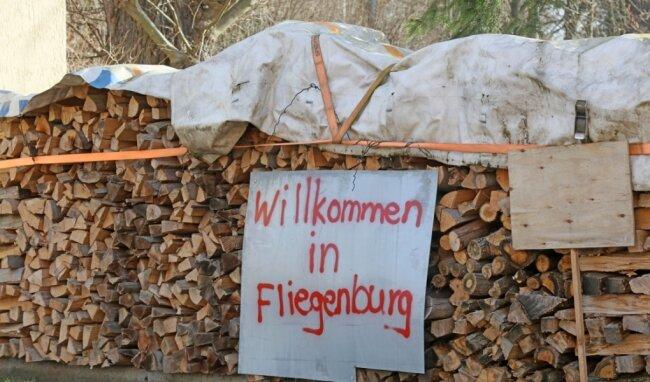 Unübersehbar weisen die Einwohner auf die anhaltende Geruchsbelästigung und die damit einhergehende Fliegenplage im Wildenfelser Ortsteil Schönau hin.